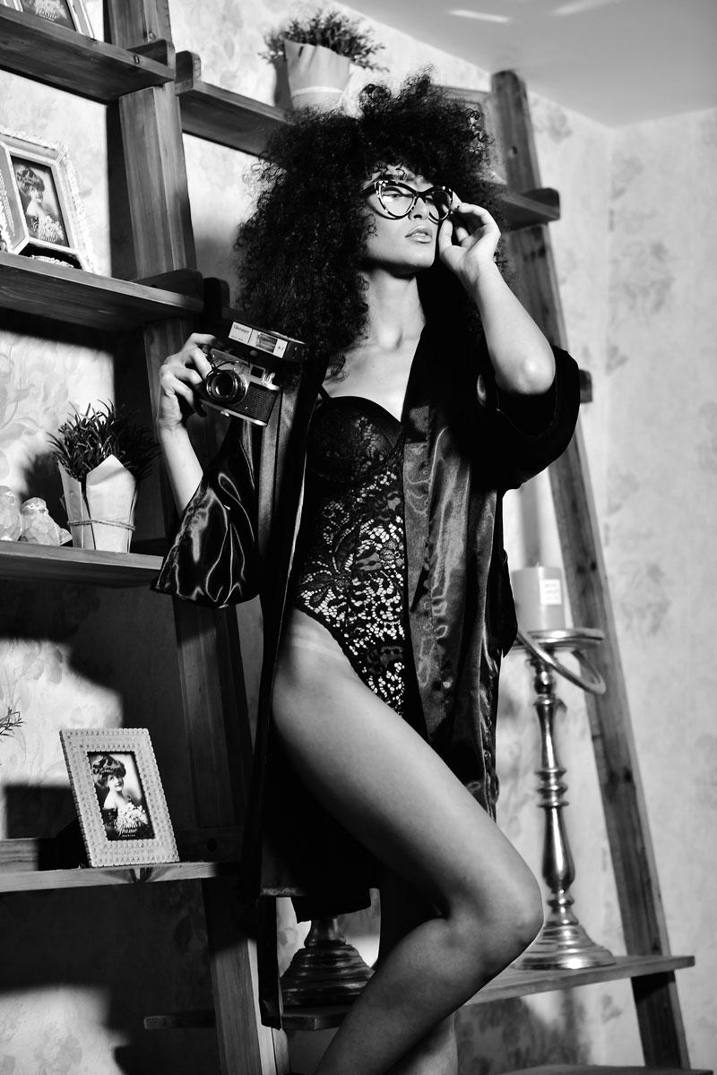 צעירה עם בגדים של דונה ויקטוריה