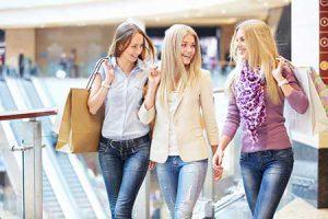 נשים עושות קניות בקניון אייס מול
