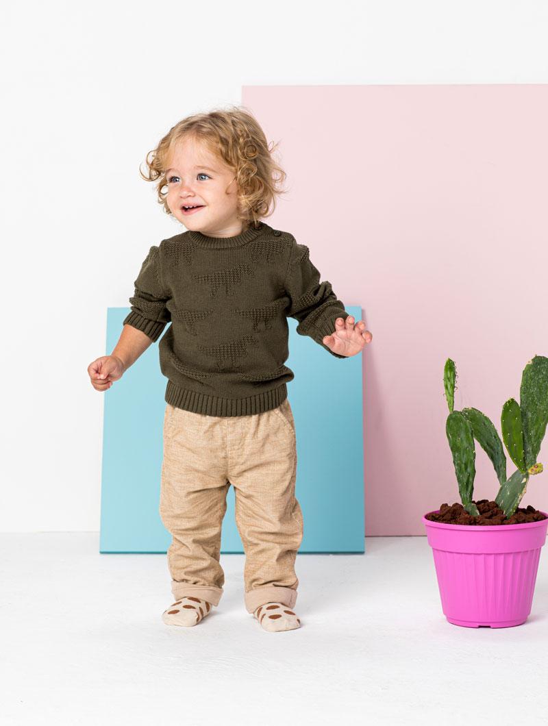 ילד עם בגדים של מותג גולף קידס
