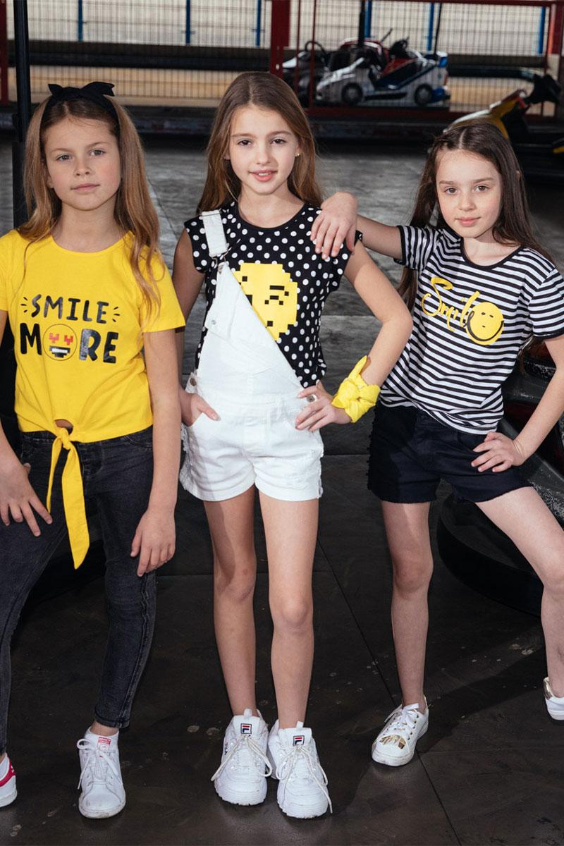 בנות לבושות בגדים של מותג קיווי