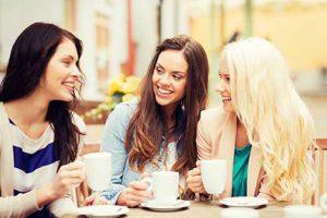 נשים שותות קפה באייס מול